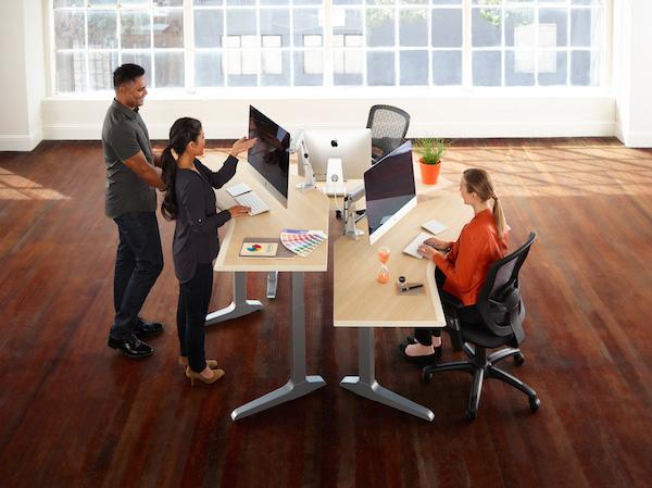 Sierra_HXL_120_2leg_Workcenters_Creative_2.1_Standing_Sitting_Web