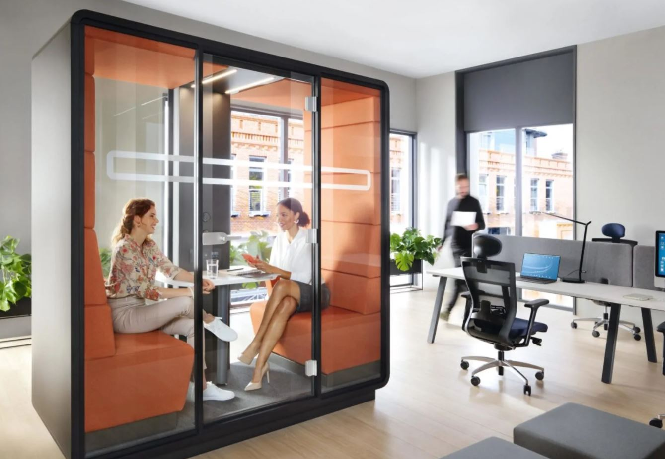 Acoustic meeting space next to an office
